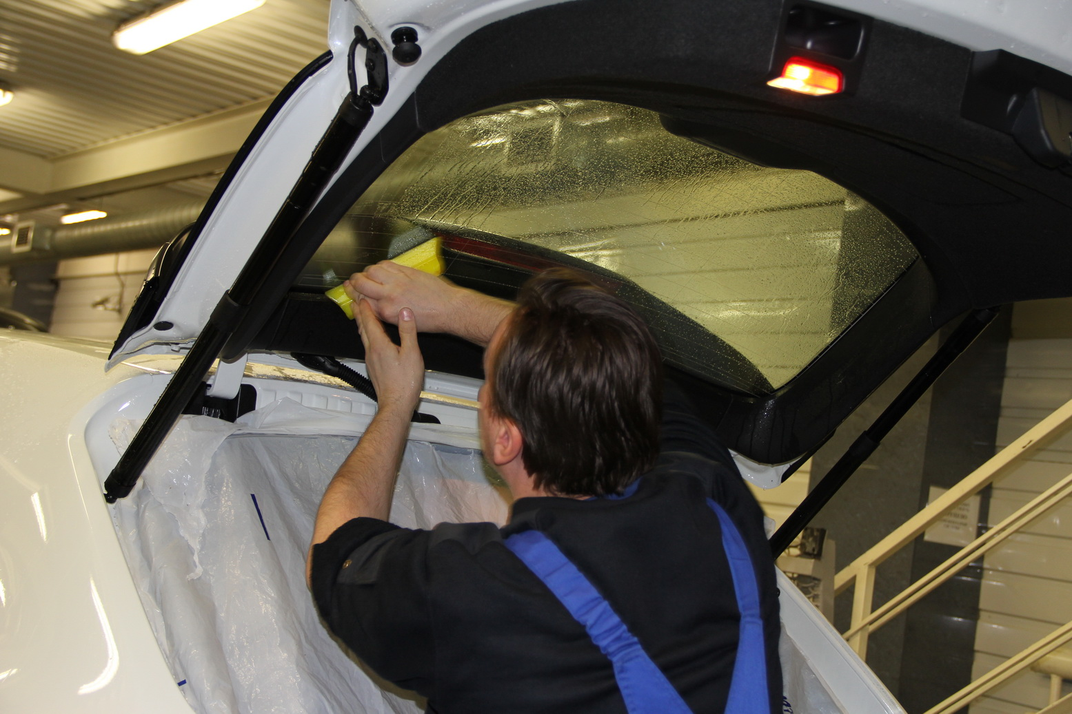 Завершение установки стекла багажника легкового автомобиля